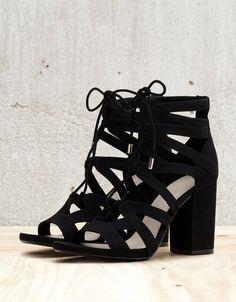 Sandaal met hak, vastgebonden. Ontdek dit en nog véel meer kledingstukken in Bershka met elke week nieuwe producten.