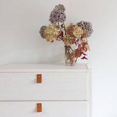 Our Raspa drawer for @muebleslufe looks really nice in white! // Nuestra cómoda Raspa para Lufe tiene muy buena pinta teñida en blanco.  #diseño #design #furniture #white #drawer #muebleslufe #wood #diy #blanco #flowers #homedecor #decoration #interiorismo #deco #instadecor #inspiration #interiorslover #interiordesign #interiordecor #homestyling #homestyle #muebles #madera
