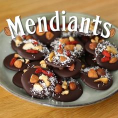 Have those little chocolates with a cup of tea and enjoy a homemade treat! - Recipe : Mendiants, chocolates with dried fruits by PetitChef_Official Chocolate Dipped Fruit, Chocolate Sweets, Homemade Chocolate, Chocolate Recipes, Chocolate Bark, Bite Size Desserts, Easy Desserts, Candy Recipes, Dessert Recipes