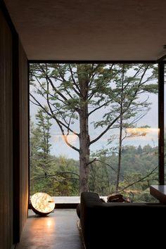 Дом с видом на горное озеро от Fearon Hay Architects