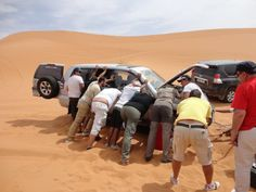 Aquí tenéis un verdadero ejemplo de solidaridad y trabajo en equipo. Mis compañeros de ruta con www.4x4facil.com y amigos ayudando a mantener mi coche sobre el gato para cambiar la rueda por una desplantada en las dunas de Merzouga. El desierto del Sahara en Marruecos.
