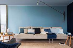 Couleur de l'année 2017 selon Dulux Valentine, le Bleu Gris réchauffe la peinture Bleu Verre dans le salon.