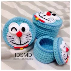 Various Doraemon faces on little containers! Crochet Wallet, Crochet Case, Crochet Bowl, Crochet Backpack, Crochet Diy, Crochet Gifts, Crochet Hooks, Crochet Toys Patterns, Amigurumi Patterns