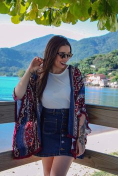 looksly - Mariana Bueno com kimono estampado e saia jeans com botões do Inverno 2016