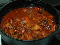 Pataruoat tuovat lohtua syksyn ja talven kylmyyteen. Ilmojen viiletessä on alkukantaisella tavalla mukava nostella höyryävästä padasta lauta... Pot Roast, Chili, Food And Drink, Soup, Ethnic Recipes, Carne Asada, Roast Beef, Chile, Soups