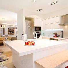 Új ház régi ruhában / Otthon magazin Happy End, Kitchen Island, Table, Furniture, Home Decor, Island Kitchen, Decoration Home, Room Decor, Tables