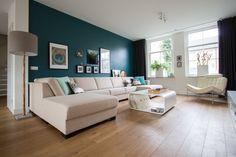 Muur verf petrol blauw, Ruig van Histor, lijsten, schilderijen, muurdecoratie, gordijnen, houten vloer
