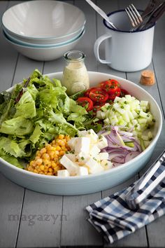 Dressing: 3 Tlb of red wine vinegar, 2 Tlb mayonnaise, 11/2 Tlb mustard Dijon, 3 Tlb of Virgin oil, 3 Tlb of neutral oil, 11/2 tsp of dried oregano, salt and ground pepper, to taste.  Salad: mixed greens, cucumber, corn, tomtoes, red onion, cheese.