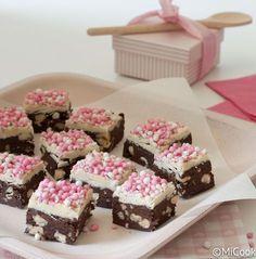 Chocoladefudge met muisjes van: http://www.micook.nl/chocoladefudge-met-roze-muisjes/