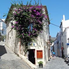 Souvenirs de vacances sur La Costa Brava, rue de Cadaqués - Espagne. #cadaques #catalogne #catalunya #costabrava #costabravapirineu #beautiful #paysage #iphonesia #iphone #summer #picoftheday #photo #photoday #photooftheday #photocommunauty #padgram #instapic #instagram #like #fleur Setè france