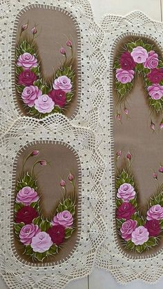 Tapetes De Banheiro Diy Crafts For Gifts, Paper Crafts, Cereal Box Organizer, Beautiful Pink Roses, Quilted Table Runners, Crochet Home, Filet Crochet, Fabric Painting, Flower Crafts