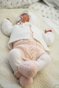 I just love this lacy motif. Works on anything - rompers, cardigans, sleeves, hats. Baby Boy Knitting Patterns, Knitting For Kids, Baby Barn, Knitted Baby Cardigan, Baby Kind, Baby Sweaters, Baby Girl Fashion, Kids Wear, Baby Dress
