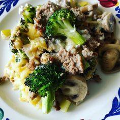 Koolhydraatarme ovenschotel : gehakt met broccoli champignons en prei. Daarover een kaassaus van crème fraiche met gorgonzola en geraspte kaas
