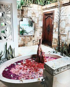 Pin szerzője: franciska ori, közzétéve itt: style ванные мечты, жемчужные в Case Creole, Spa Luxe, Houses Architecture, Decoration Inspiration, Relaxing Bath, Bubble Bath, My New Room, Spa Day, Bath Time