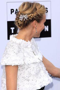 Chaquetita de Chanel y un peinado muy romántico
