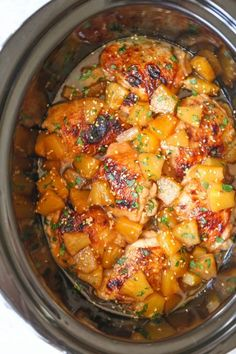 Slow Cooker Pineapple Chicken - Sweet, tangy chicken made right in your crockpot! And the pineapples are so juicy and flavorful with all that slow cooking! Slow Cooker Huhn, Crock Pot Slow Cooker, Slow Cooker Recipes, Crockpot Recipes, Cooking Recipes, Slower Cooker Chicken, Crockpot Summer Meals, Easy Recipes, Slow Cooker Chicken Thighs