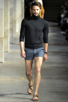 Shorts have become in style vesture for men of all ages. Men's short shorts at only once were though. Mode Masculine, Bohemian Attire, Short Outfits, Casual Outfits, Bathing Suit Bottoms Cheeky, Stylish Men, Men Casual, Stylish Clothes, Moda Men