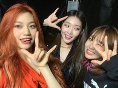 Chungha w/ Doyeon & Yoojung, my ioi heart 😭 K Pop, South Korean Girls, Korean Girl Groups, Kim Chungha, Korean Best Friends, Jung Chaeyeon, Choi Yoojung, Fandom, Kpop Aesthetic