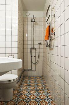 Głęboka wnęka była idealnym miejscem do zorganizowania natrysku – szklane drzwi czy zasłona nie były już potrzebne. Wyjątkowy klimat tej łazienki zbudowała jednak posadzka z ręcznie robionych cementowych kafli w marokański deseń. Deszczownica i rurkowy grzejnik ścienny utrzymane w stylistyce retro pasują tu bardziej niż nowoczesna armatura.