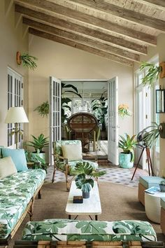 This Palm Beach outdoor space is a lesson in layering patterns. Back Porch Designs, Best Interior Design, Porch Decorating, Decorating Ideas, Outdoor Rooms, Elle Decor, Furniture Design, House Design, Patio