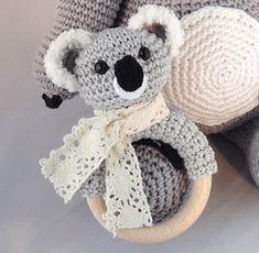 trendy ideas for baby accessories zelf maken Crochet Baby Toys, Crochet Baby Clothes, Crochet Gifts, Crochet Animals, Baby Knitting, Love Crochet, Crochet For Kids, Newborn Toys, Baby Cocoon