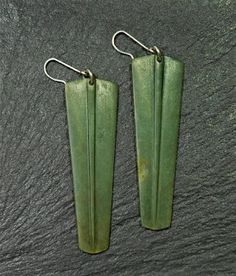 Pounamu earrings with a difference - tino åtaahua! Wave Jewelry, Jewelry Making Classes, Maori Art, Green Stone, Wind Chimes, How To Find Out, Cool Designs, Jewelry Design, Carving
