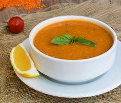 Mercimek Çorbası, die typische rote Linsensuppe, findet man wohl in jedem türkischen Restaurant auf der Speisekarte. Ob als Vor- oder auch Hauptspeise, die leckere Gemüsesuppe, die mit frischem Zitronensaft verfeinert wird, ist auf jeden Fall ein geschmackliches Highlight!