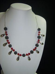 Hermoso collar rojo de 40 cm. de largo elaborado con cuentas de piedra volcánica,