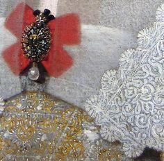 Particolari di opere 3. Paulus Moreelse: Ritratto di donna. Olio su tela, del 1610-20. Charterhause Museum, Douai. Più strati di velo e colletti con bordi di pizzo per i castigati costumi dell'epoca: originale la tecnica per valorizzare la bella spilla, mettendola al di sopra ad un doppio fiocco rosso.