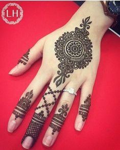 Simple Mehndi Designs for Hands Images To Try Now Round Mehndi Design, Indian Mehndi Designs, Bridal Henna Designs, Mehndi Design Pictures, Unique Mehndi Designs, Beautiful Mehndi Design, Mehndi Designs For Hands, Simple Mehndi Designs, Henna Tattoo Designs