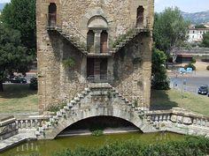 De Florence, les touristes ne vont savourer que les musées et le magnifique Ponte Vecchio. Mais un Chevalier du Moyen Âge comme moi  souhaite voir autrement cette ville. C'est ainsi que mes pas m'ont amené à découvrir les anciens remparts et ses tours-portes.