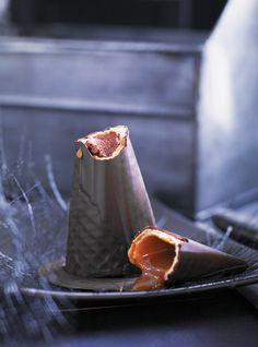 Recette de Ricardo. Une recette de friandise pour les enfants à l'Halloween. Des amusants chapeaux de sorcière au chocolat et au caramel qui feront le bonheur des enfants.
