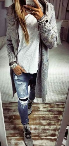 Chunky grey cardigan, white tee, and distressed jeans outfit for fall or winter - Fashion Distressed Jeans Outfit, Outfit Jeans, Sweatshirt Outfit, Black Jeans Outfit Fall, Womens Distressed Jeans, Grey Outfit, Jeans Dress, Fashion Mode, Look Fashion