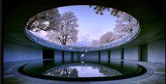 O museu a céu aberto de Naoshima nasceu do sonho do empresário e colecionador japonês Soichiro Fukutake que teve a ideia de oferecer um lugar onde arquitetura e arte se integrassem harmoniosamente à natureza e à cultura das ilhas do Mar de Seto, no Japão. O projeto é do famoso arquiteto japonês Tadao Ando e abriga obras de 210 artistas de 23 países.