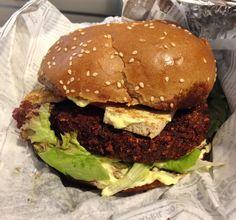 Genussprojekt in Salzburg; vegan burger with a patty made of chickpeas, tofu, zucchini, tomatoes and vegan mayonnaise Vegan Food, Vegan Recipes, Vegan Mayonnaise, Vegan Burgers, Salzburg, Chickpeas, Tofu, Tomatoes, Zucchini