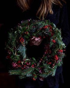 Vianočný veniec - The Story of a Cake Christmas Wreaths, Christmas Decorations, Xmas, Holiday Decor, How To Make Wreaths, Winter Season, Wreath Making, Creative, Blog