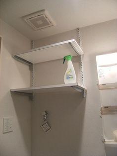 【洗濯機上部収納】洗濯機の上に取付ける収納の事例です。システムではないタイプ をご紹介します。シンプルな吊り戸・扉付きタイプ内部か隠せますが、奥行きは少な...