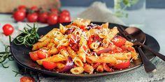 Pasta med hjemmelaget tomatsaus er en italiensk klassiker. Oppskrift på pasta med verdens beste tomatsaus, helt uten sukker. Bolognese, Penne, Paella, Thai Red Curry, Food And Drink, Ethnic Recipes, Dressing