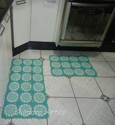 Jogo de tapete confeccionado em barbante de alta qualidade, podendo ser produzido em outras cores.  Medidas:  Passadeira 1,00 x 0,45 cm  Tapete 0,60 x 0,45 cm R$ 110,00