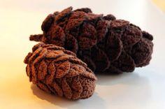 Crocheted pinecones! Great use of crocodile stitch! Pattern is in Dutch so you'll need Goggle Translate. YARNFREAK: DIY: Hæklede grankogler