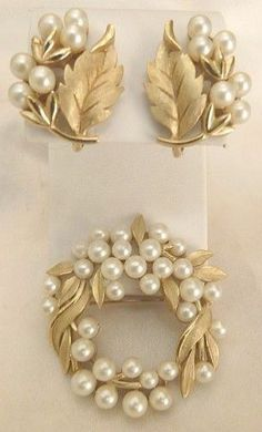 Vintage Trifari lustrous faux pearl wreath pin and earrings set - beautiful! Jewelry Design Earrings, Gold Earrings Designs, Necklace Designs, Stud Earrings, Gold Bangles Design, Gold Jewellery Design, Gold Jewelry, Jewellery Box, Damas Jewellery