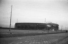De nog net niet opgeleverde Kuip in januari 1937 Rotterdam, Clouds, City, Travel, Van, Beauty, Historical Photos, Viajes, Cities