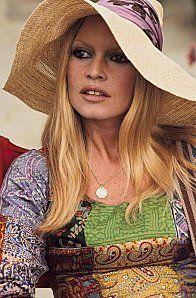 Brigitte Bardot porte une capeline souple      Camille-Liberty-blog-mode-femme-chapeau-retro-capeline-soup.jpg