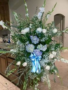 A step by step guide to help you DIY funeral flower arrangements such as sprays, wreaths, and bouquets using whatever flowers you have. Diy Flower Arrangements For Funeral, Funeral Spray Flowers, Funeral Sprays, Purple Wedding Flowers, Flower Bouquet Wedding, Flower Bouquets, Memorial Flowers, Paper Flowers Diy, Silk Flowers