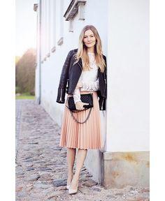 Look para o frio: jaqueta de couro + saia plissada pastel. Delicado e lindo.