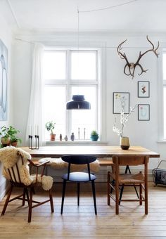 DIY art, homemade furniture, beautiful plants and vintage finds : Linnea Jakobsen has filled his C… – light Interior, Farmhouse Dining Room, Dining Room Design, House Interior, Dining Room Decor, Interior Design, Rustic Dining Room, Homemade Furniture, Funky Home Decor