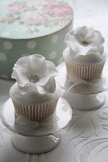 Ever think of having cupcakes for your wedding after party? These beautiful, delicious flower wedding cupcakes will look gorgeous in every wedding theme. Flowers Cupcakes, Floral Cupcakes, White Cupcakes, Pretty Cupcakes, Beautiful Cupcakes, Yummy Cupcakes, Bling Cupcakes, Edible Flowers, Real Flowers