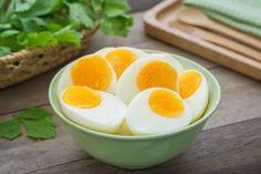 Schüssel mit gekochten Eiern
