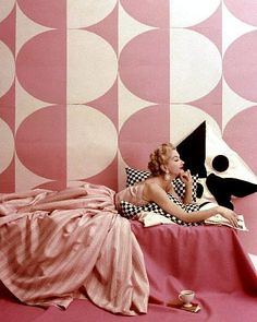 Lisa Fonssagrives modeling a pink and white striped dress by Claire McCardell, photographed by Richard Rutledge, April That wallpaper! The oversized black and white pillow print! This photo heralds so many mod things to come. Moda Vintage, Moda Retro, Vintage Mode, Retro Vintage, Claire Mccardell, Vintage Dresses, Vintage Outfits, Vintage Fashion, Vintage Glamour