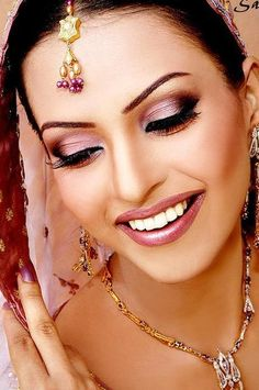 Indian bridal makeup and Pakistani bridal makeup inspiration. Trying to find what your wedding day makeup should look like? Soft Bridal Makeup, Pakistani Bridal Makeup, Indian Wedding Makeup, Asian Bridal Makeup, Indian Makeup, Wedding Hair And Makeup, Bridal Beauty, Indian Bridal, Make Up Looks